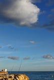 Pescando al tramonto sulla spiaggia Fotografie Stock Libere da Diritti