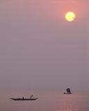 Pescando all'alba fotografie stock libere da diritti