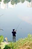 Pescando alla sosta 2 della città Immagini Stock