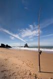 Pescando alla spiaggia Immagine Stock