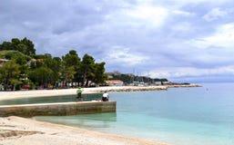 Pescando antes de la tormenta (Brela, Croacia) imagen de archivo libre de regalías