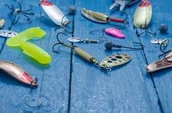 Pescando atrações para girar Front View T, atração, isca macia, wobblers Gotas da água foto de stock