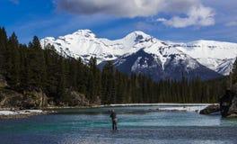 Pescando in Banff nelle Montagne Rocciose canadesi in Alberta, il Canada fotografia stock
