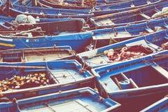 Pescando barcos azuis em Marocco Lotes de barcos de pesca azuis no Fotos de Stock Royalty Free