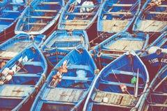 Pescando barcos azuis em Marocco Lotes de barcos de pesca azuis no Fotografia de Stock Royalty Free