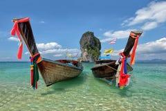 Pescando barcos e o marco tailandeses na ilha a Po-Dinamarca, província de Krabi, Fotografia de Stock Royalty Free