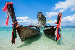 Pescando barcos e o marco tailandeses na ilha a Po-Dinamarca, província de Krabi, Imagem de Stock