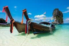 Pescando barcos e o marco tailandeses na ilha a Po-Dinamarca, província de Krabi, Fotografia de Stock