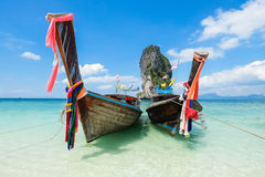 Pescando barcos e o marco tailandeses na ilha a Po-Dinamarca, província de Krabi, Imagem de Stock Royalty Free