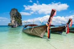 Pescando barcos e o marco tailandeses na ilha a Po-Dinamarca, província de Krabi, Imagens de Stock