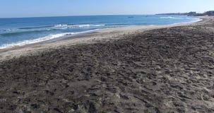 Pescando cerca de la playa con la arena negra en Pomorie, Bulgaria almacen de metraje de vídeo