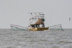 Pescando com arrastão o camarão de travamento do barco na baía Vermillion em louisiana foto de stock