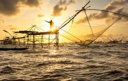 Pescando con il mare Immagine Stock