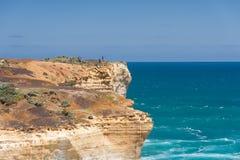 Pescando da una scogliera gigante dell'oceano in Australia Meridionale Fotografie Stock Libere da Diritti