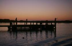 Pescando dal pilastro Fotografie Stock