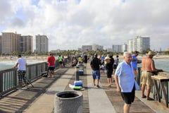 Pescando dal pilastro della spiaggia della leccia Fotografie Stock Libere da Diritti