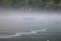 Pescando dalla barca fotografie stock