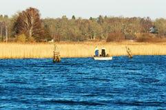 Pescando dalla barca Immagine Stock