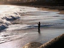 Pescando dalla spiaggia Fotografia Stock