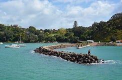 Pescando del rompeolas en la isla de Waiheke, Auckland Fotografía de archivo