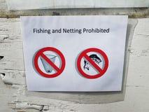 Pescando e catturando con la rete segno proibito su carta e sulla parete fotografia stock
