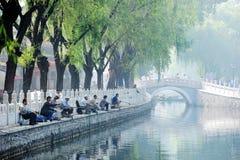 Pescando en el lago Houhai, Pekín imagenes de archivo