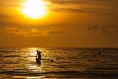 Pescando en la puesta del sol, Bali, Indonesia Foto de archivo libre de regalías