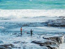 Pescando en Maukatia Maori Bay y la playa de Muriwai, Auckland, Nueva Zelanda fotografía de archivo libre de regalías