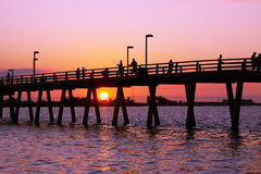 Pescando fuori dal pilastro al tramonto Immagine Stock Libera da Diritti