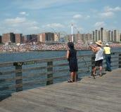 Pescando fuori dal pilastro dell'isola di Coney, Giorno dei Caduti 2011 Fotografie Stock Libere da Diritti