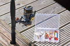 Pescando i richiami in scatola e nella pesca della bobina Fotografia Stock Libera da Diritti
