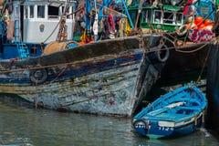 Pescando le barche blu in Essaouira harbour con i fishmens Immagini Stock Libere da Diritti