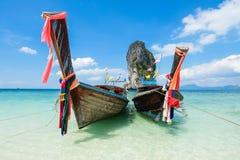 Pescando los barcos y la señal tailandeses en la isla Po-DA, provincia de Krabi, Imagen de archivo libre de regalías