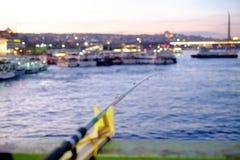 Pescando na ponte de Galata, opinião Istambul do por do sol Foto de Stock