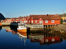 Pescando nave in porto - Lofoten, la Norvegia immagine stock