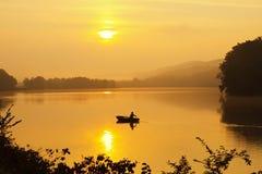 Pescando in nebbia di mattina Fotografia Stock Libera da Diritti