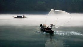 Pescando nel fiume della nebbia Immagini Stock Libere da Diritti