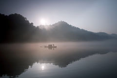 Pescando nel fiume della nebbia fotografia stock