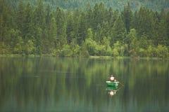 Pescando nel lago Hintersee, bei Berchtesgaden, Germania di Ramsau Fotografia Stock Libera da Diritti