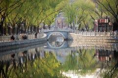 Pescando nel lago Houhai, Pechino fotografie stock