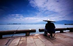 Pescando nel lago Qionghai Fotografia Stock Libera da Diritti