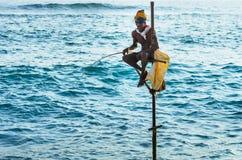 Pescando nel modo tradizionale vicino a Galle nello Sri Lanka Immagine Stock Libera da Diritti