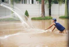 Pescando nell'inondazione Immagini Stock
