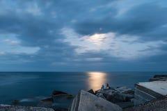 Pescando nella luce della luna Immagini Stock