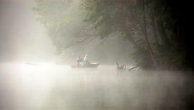 Pescando nella nebbia immagini stock