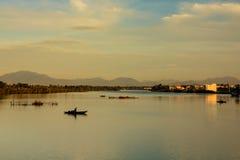 Pescando no rio de Thu Bon, Quang Nam, Vietname Fotografia de Stock