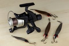 Pescando o carretel e a pesca de atrações em uma superfície de madeira foto de stock royalty free