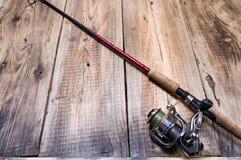 Pescando o gerencio com carretel Vara de pesca em um fundo de madeira imagens de stock