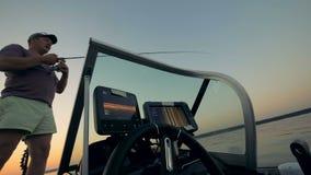 Pescando o homem em um barco moderno, vista inferior vídeos de arquivo
