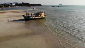 Pescando o navio na costa da areia perto da água Barco de pesca oxidado abandonado velho na costa da areia perto do mar no dia en vídeos de arquivo